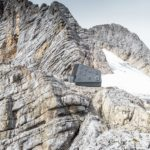 Steingrau fügt sich die Aluminiumverbund-Hülle ins Felsmassiv ein.