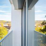 Schmale Gesimse bilden Mini-Balkone.
