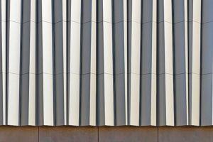 Fassade mit Faltenstruktur.