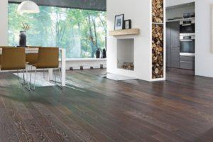Wohnzimmer mit Dielenboden. Darunter verbirgt sich eine elektrische Fußbodenheizung.