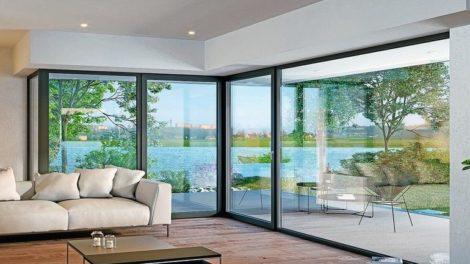 Bodentiefe Wohnzimmerverglasung mit glasfaserverstärkten Fensterprofilen.
