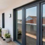 Terrasse mit Blick auf Fenstertüren mit eingebautem Fensterfalzlüfter.