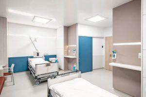 Zwei Krankenhausbetten in hellem Raum