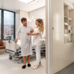 Patient und Krankenschwester im infektionspräventiven Patientenzimmer