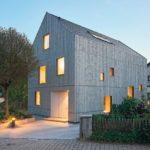 Der Neubau wurde komplett aus tragenden Massivholzbauteilen für Wand, Decke und Dach konstruiert. Bild: © Michael Bender / Lignotrend, Weilheim-Bannholz, http://www.lignotrend.com