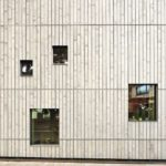 Die Flexibilität des Grundrisses spiegelt sich an der Fassade im lebhaften Fensterbild mit unterschiedlichen Formaten. Bild: © Michael Bender / Lignotrend, Weilheim-Bannholz, http://www.lignotrend.com