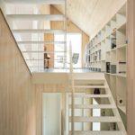 """Die weiße Stahltreppe verbindet die Halbgeschosse miteinander; das """"Treppenhaus"""" wird Teil des offenen Wohnens. Bild: © Michael Bender / Lignotrend, Weilheim-Bannholz,"""