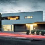 Direkt an der Straße gelegen: Haus mit Aluminiumfassade.