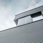 Blick von unten nach oben: Aluminiumfassade mit Profilwelle.