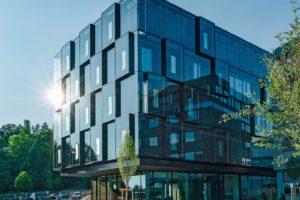 Neues Liebherr-Bürogebäude mit vorstehenden Fassadenelementen aus Glas. Bilder: Liebherr