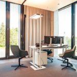 Hell mit Sonnenschutz: Zwei Bürostühle vor Schreibtisch-