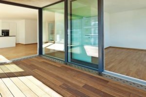 Holzboden vor Glastüren.