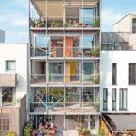 Isolierglas für Haus: Unten sieht man sitzende Bewohner vor grünem Rasen.