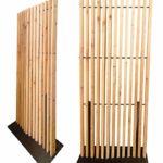 Der Raumteiler als ein prägendes Gestaltungselement aus Sibirischer Lärche mit hoher Funktion und Nachhaltigkeit. Bild: MOCOPINUS