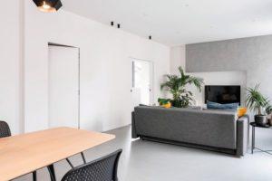 Moderner Wohnbereich mit Innentüren, die wandbündig mit den Wandflächen verschmelzen. Bilder: Eclisse