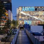 Großbuchstaben auf Stahlprofile-Glas-Fassade.us