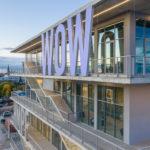 5 m hohe Buchstaben vor Stahlprofile-Glas-Fassade.