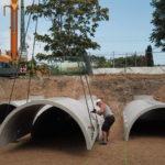 Regenwasser mündet in unterirdische Rigolen aus Betonelementen.