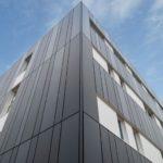 Eckansicht: Das anthrazitfarbene Bürogebäude konnte dank Modulbau schnell errichtet werden.