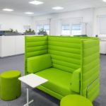 Hellgrüne Möblierung auch im Modulbau möglich.