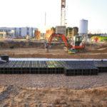 Auf Baustelle werden Versickerungs-Module ins Erdreich gebaut.