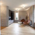 Heller Boden, helle Wände und helle Decke im Wohnbereich.
