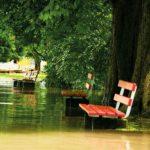 Sitzbank im Hochwasser: Versickerung löst Probleme.