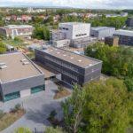 Blick von oben auf den Unicampus mit dem neuen Forschungsgebäude. Bild: Jörg Hempel