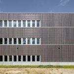 Dreigeschossiges Büro- und Laborgebäude mit Hybridkonstruktion aus Stahlbeton und Brettschichtholz. Bild: Jörg Hempel