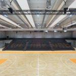 Sporthalle mit holzfarbenen Designböden.
