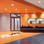 Designböden in Orange und Anthrazit.