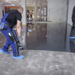 Handwerker bearbeiten die Bodenbeschichtung.