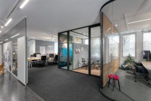 Glastrennwände im Großraumbüro.