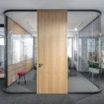Großraumbüro mit Rückzugsmöglichkeit.