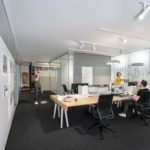 Großraumbüro mit Teamflächen.