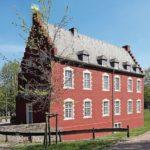 Altbau mit historischen Fenstern und Türen