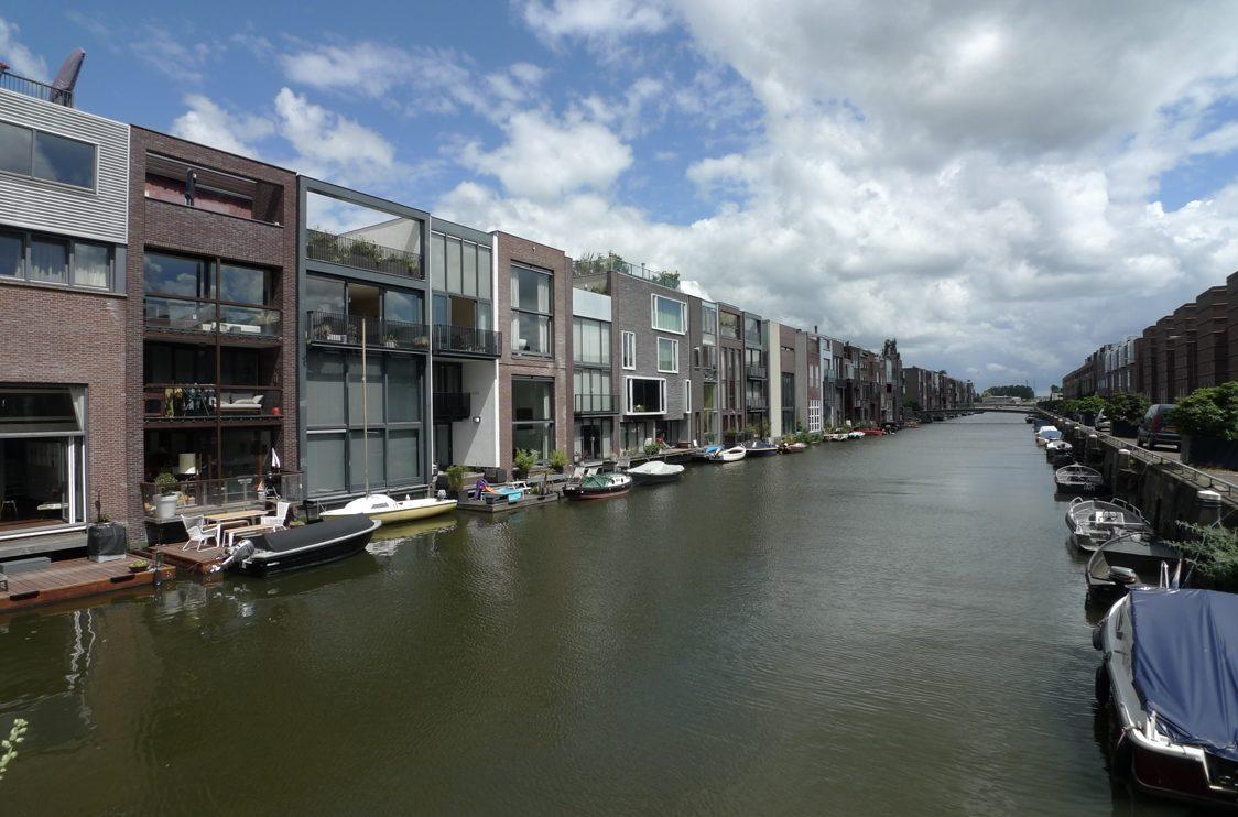 Ein Kanal, als Wasserstraße zu den Wohnhäusern auf beiden Seiten