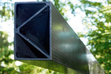 Ein Träger aus beidseitig mit Kohlefasern verstärktem Granit ist tragfähig wie Stahl, leicht wie Aluminium und extrem haltbar. Bild: K. Kuse / TechnoCarbon Technologies