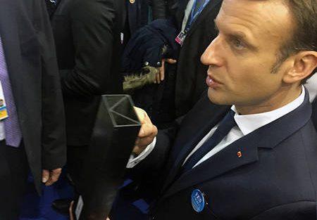 Frankreichs Päsident Emmanuel Macron bei der UN-Klimakonferenz 2017 in Bonn mit dem Muster eines Trägers aus kohlefaserverstärktem Granit. Bild: S. Savarese / TechnoCarbon Technologies France