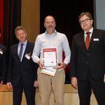 Der diesjährige Innovationspreis geht an die Halfen GmbH. (v.l.n.r.: Silvio Schade, Chefredakteur der BFT International, Prof. Harald Garrecht, der Vorsitzende der Jury, Remco Veeneman, Commercial Director der Halfen GmbH und Dr. Ulrich Lotz, Geschäftsführer und Veranstalter der BetonTage).
