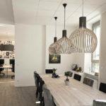 Büro einer Modelagentur mit langem Tisch und Leuchten, Bielefeld. Innenarchitektur: bp Innenarchitektur, Bielefeld. Bild: Petra Blome