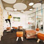 Ströer Berlin / designfunktion: Pausenraum in Turnhallenoptik mit Sportmöglichkeiten. Bild: AKIM Photography