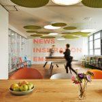 Ströer Berlin / designfunktion: Kaffeküche mit angrenzendem Besprechungsraum, umfunktionierbar zu einem Pausenraum mit Tischtennisplatte. Bild: AKIM Photography