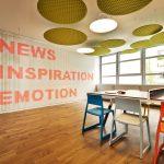 Konferenzraum mit beschrifteter Wand. Bild: AKIM Photography
