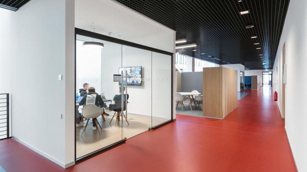 Modernes Bürodesign: Besprechungs-Cube für Remote-Teams. Bild: Nikolay Kazakov, Karlsruhe