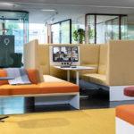 Bürolandschaft mit abgetrennten Bereichen