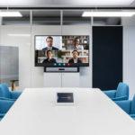 Besprechungsraum mit Monitor für Videokonferenzen
