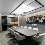 Besprechungsraum mit großen Bildschirmen für Videokonferenzen