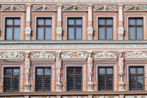 Holzfenster in historischem und denkmalgeschütztem Gebäude