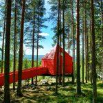 """Sieben verschiedene Häuser können Baumhotel-Besucher in Schwedisch Lappland beziehen. """"The Blue Cone"""" ist gar nicht blau, sondern komplett rot angemalt. Foto: Graeme Richardson"""